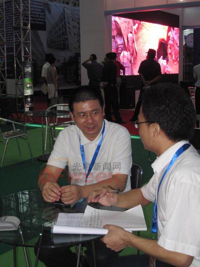 深圳市九洲光电子有限公司总经理张铁钟(左)接受光电新闻网编辑采访