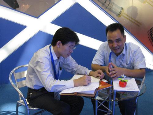 四川光恒通信技术有限公司总经理刘建伟(图右)正接受采访