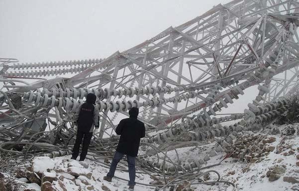 输电铁塔倒塌 四川西昌500千伏输电铁塔因冰雪倒塌