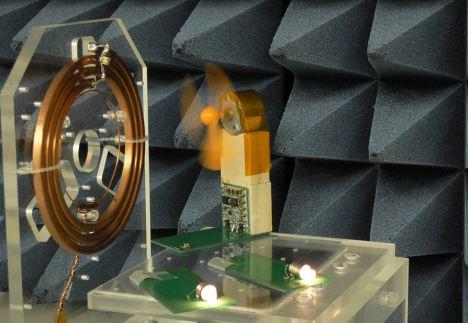 富士通演示无线充电技术如何点亮两个灯泡