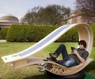 太阳能懒人椅 超有趣的室外充电设计