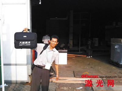 印尼大族激光工作人员跑市场晒得很黑