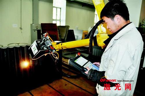 华工科技工作人员正在用激光修复齿轮