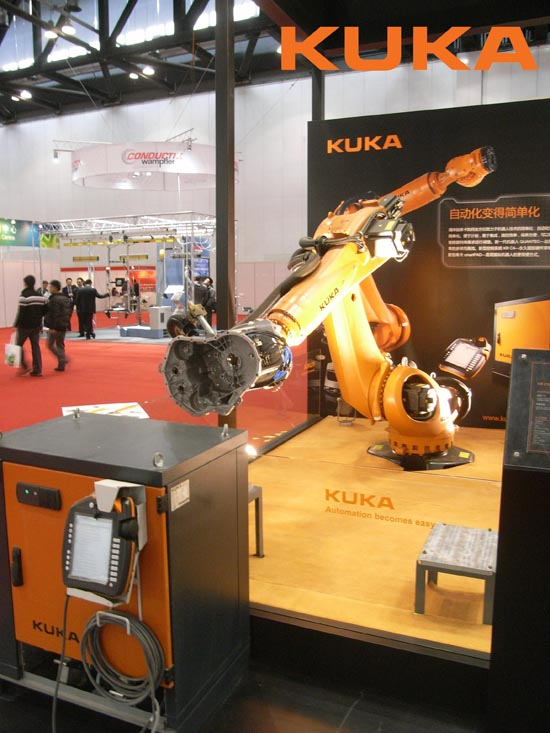 KR 210 R2700 extra在现场展示其在汽车机械部 件搬运方面的应用