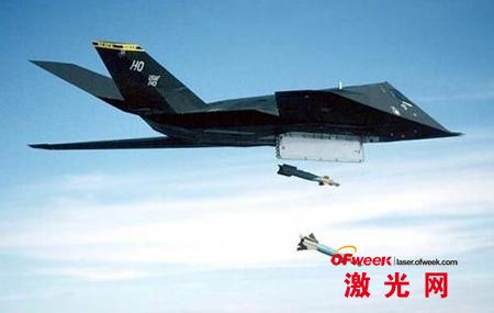 F117空投激光制导炸弹