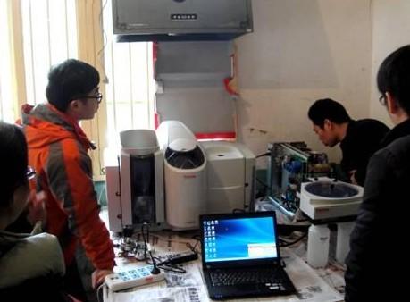 赛默飞技术服务工程师与分析人员在新圩临时搭建的实验室安装和调试iCE3500原子吸收光谱仪