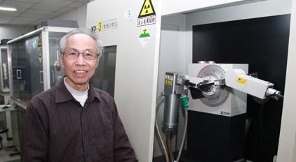 江超华老师和他研制的XD-3型X射线衍射仪