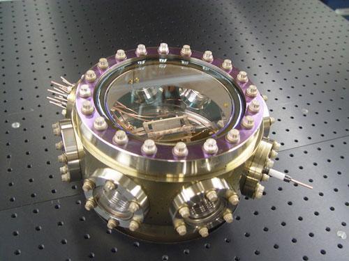 盛放离子陷阱的高真空容器,在这里单个的钍原子被悬浮起来并用激光冷却到接近绝对零度