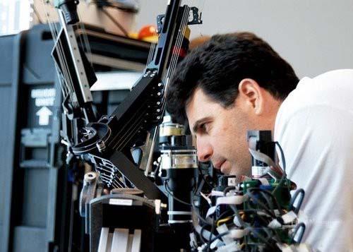 """州大学圣克鲁兹分校的副教授雅各布·罗森和他研发的""""乌鸦""""机器人手术系统"""