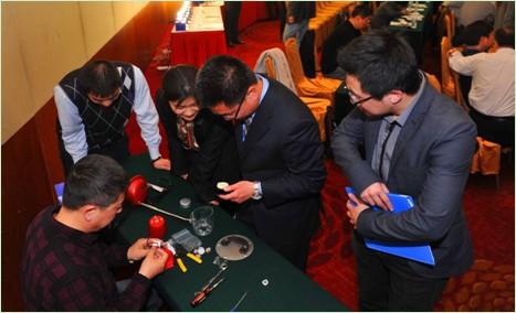 科锐技术人员向嘉宾展示科锐第三代创新产品