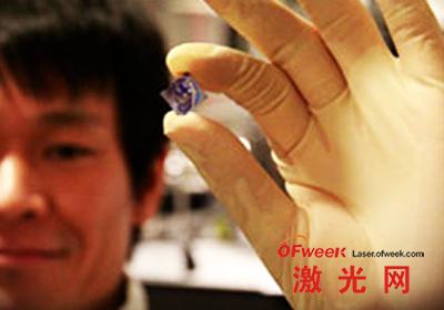 研究人员展示半导体薄膜
