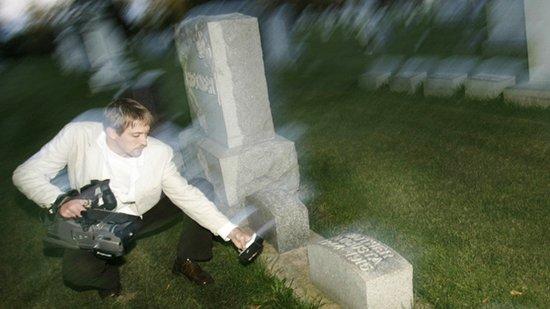 超自然研究者诺亚-沃斯在森普雷里公墓将一台摄像机对准一台电磁频率装置来记录任何反常的活动