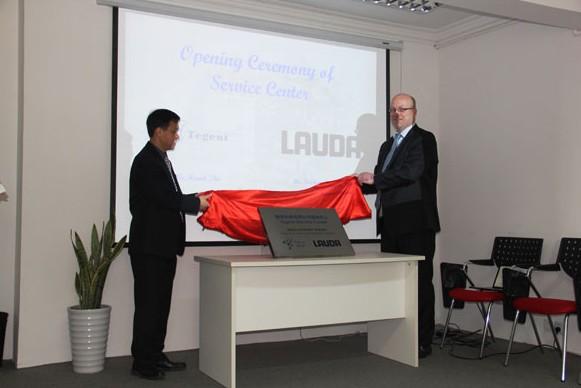 德祥大中华区总经理朱智华先生及Lauda维修部经理Torsten先生为维修中心揭幕