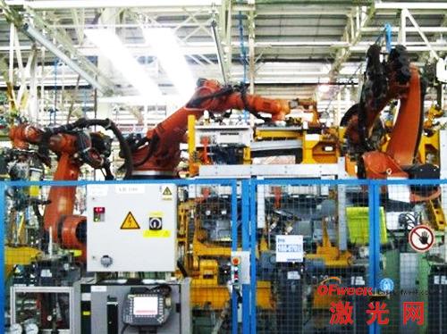 由机器人完成车身大组件的焊接工作