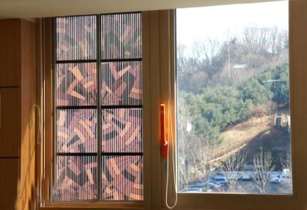使用太阳能染料制作的窗帘,可以发电
