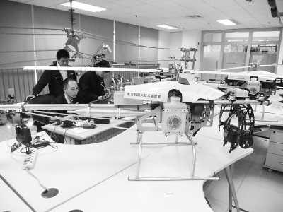 电力机器人技术实验室工作人员正在进行无人机的相关试验