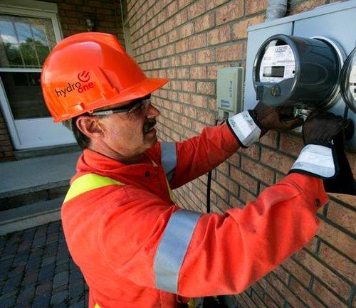 安大略省最大的输电企业hydro one公司的工程师正在安装测试智能电表