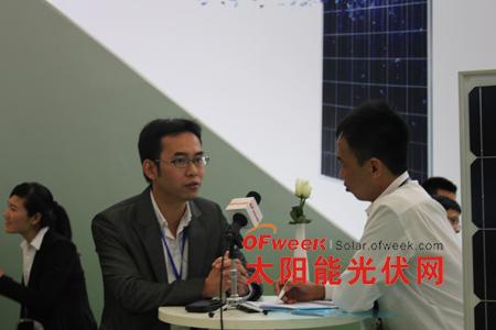 中盛ET营销中心总监郭振海(左一)接受记者专访