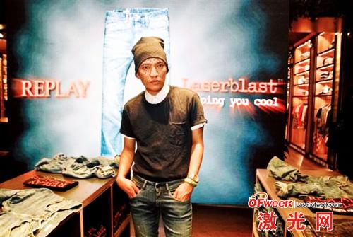 时尚博主Bryan Boy出席Laserblast街头秀活动