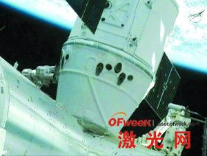 """""""龙""""飞船成功与国际空间站对接"""