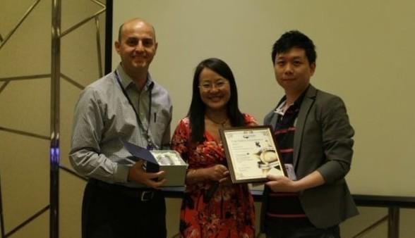 海洋光学CRO-Richard与全球副总裁孙玲博士为上财年的Top Sales Distributor颁奖