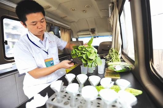 快速检测车为蔬菜取样