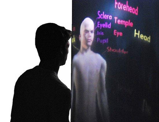 """科学家最新研制""""TeleHuman"""",使人们可以与玻璃柱管内的远程通讯者建立实时交互"""