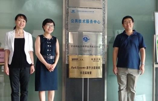 左起: 天美公司副总裁赵薇女士,Park Systems全球销售总监Jessica, 中科院微电子所金智主任