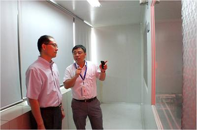副总经理张艳春(右一)向卢鹏起(右二)一行介绍公司生产流程