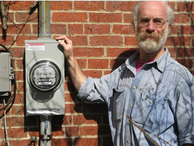 弗里德曼站在缅因州鲍登汉姆市(Bowdoinham,Maine)一个朋友家附近的模拟电表旁