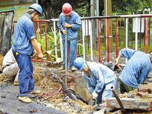 供电维修人员正在全力抢修