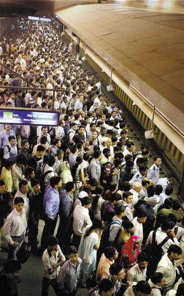 7月30日,印度新德里,停电导致城铁运力大减,大量乘客滞留。