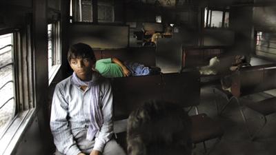7月30日,印度新德里,停电致使火车停运,部分乘客索性睡在列车内。