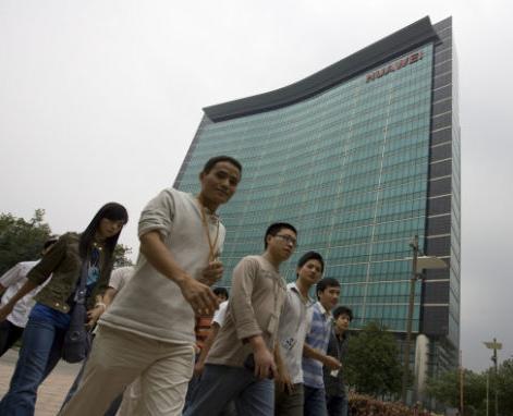 华为员工平均年龄27岁。与典型的中国制造企业不同,华为研发路由器、交换机和电信设备,与其他国际通信设备巨头同台竞技
