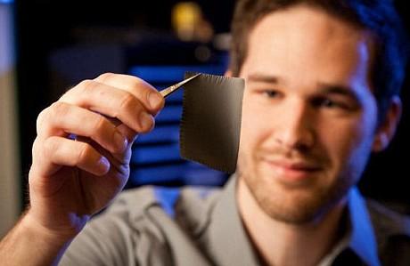 维克森林大学的研究生科里·休伊特正拿着一个Power Felt的样本,它将多余的体热转化为电流。
