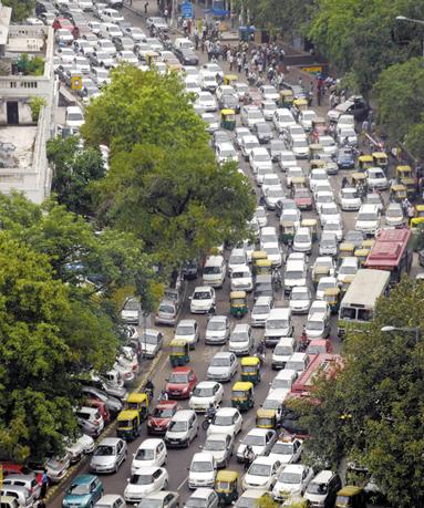 7月31日,在印度新德里市中心,由于停电引发了交通拥堵。