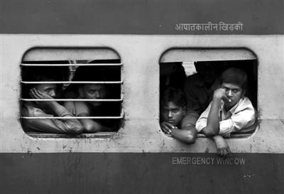 7月31日,印度新德里,乘客挤在火车里等待恢复通车。当天,印度全国有大约400列火车受停电影响停止服务。