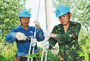 固始县电业局员工冒高温施工。