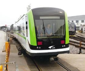 """图为在试验线路上运行的""""储能式电力牵引轻轨车辆""""原型车"""