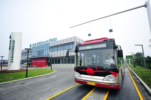 8月8日,一辆纯电动公交车在天津海泰综合充换电站充电后投入运营。