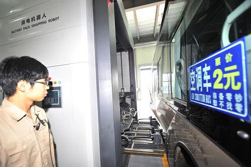 8月8日,国家电网工作人员对车辆进行换电操作。
