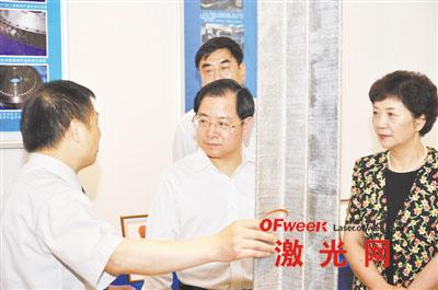 黄卫东教授(左1)向中国商用飞机有限责任公司董事长金壮龙(中)和西北工业大学校领导汇报C919飞机中央翼肋上缘条毛坯的制造情况