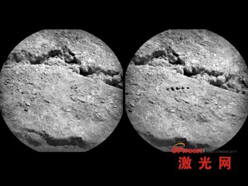 好奇号使用激光束配合分光计对一片土壤目标进行了成分分析,这两张图像上可以清楚的看到激光照射前后土壤表面留下的烧蚀坑洞