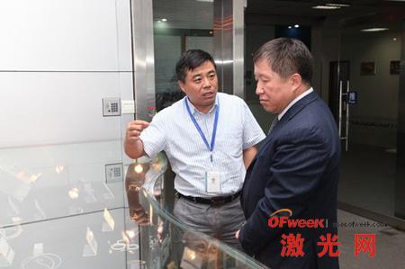 曹健林副部长(右)参观公司产品