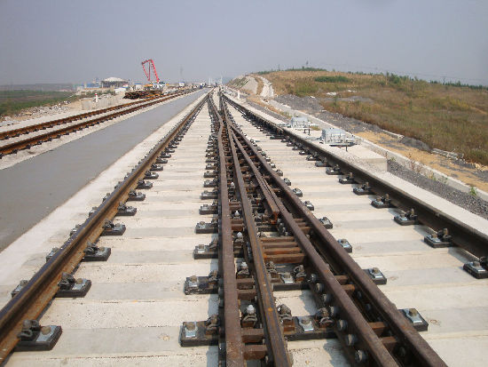"""设计深度不够 哈大高铁是我国东北严寒地区,设计建设标准最高的高速铁路线,采用复线电气化铁路,基础设施按350公里/小时速度建设,运行平均时速可达300公里以上。 哈大高铁正线全长904公里,由铁道部和辽宁、吉林、黑龙江三省共同投资建设,项目概算总投资923亿元,是国家""""十一五""""规划的重点工程,国家《中长期铁路网规划》""""四纵四横""""客运专线网的重要组成部分。"""