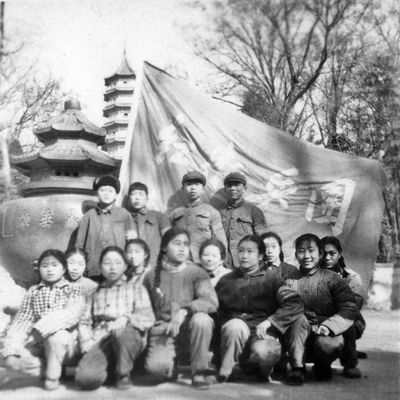 傅苹与红卫兵的合影(右二)