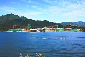 """怀柔雁栖湖畔建设中的""""国际会都""""。2014年亚太经济合作组织(APEC)会议将在这里举行。"""