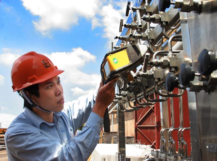 图为渤海经纬公司专业人员在对施工质量进行探伤检测。