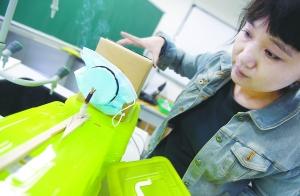 实验人员正在利用自行发明的粉尘测试仪器测定熏香散发出的颗粒物浓度值。