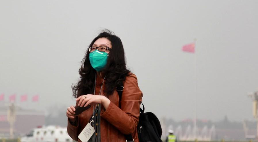 女记者为避雾霾天戴口罩报道两会